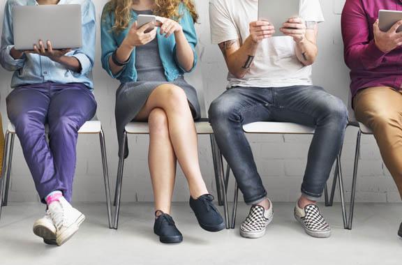 Personas leyendo en sus dispositivos
