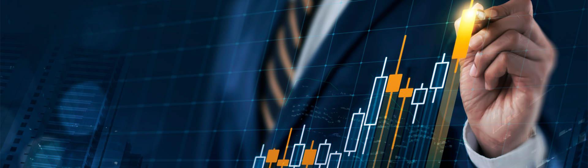 Ejecutivo analizando gráfica de inversión