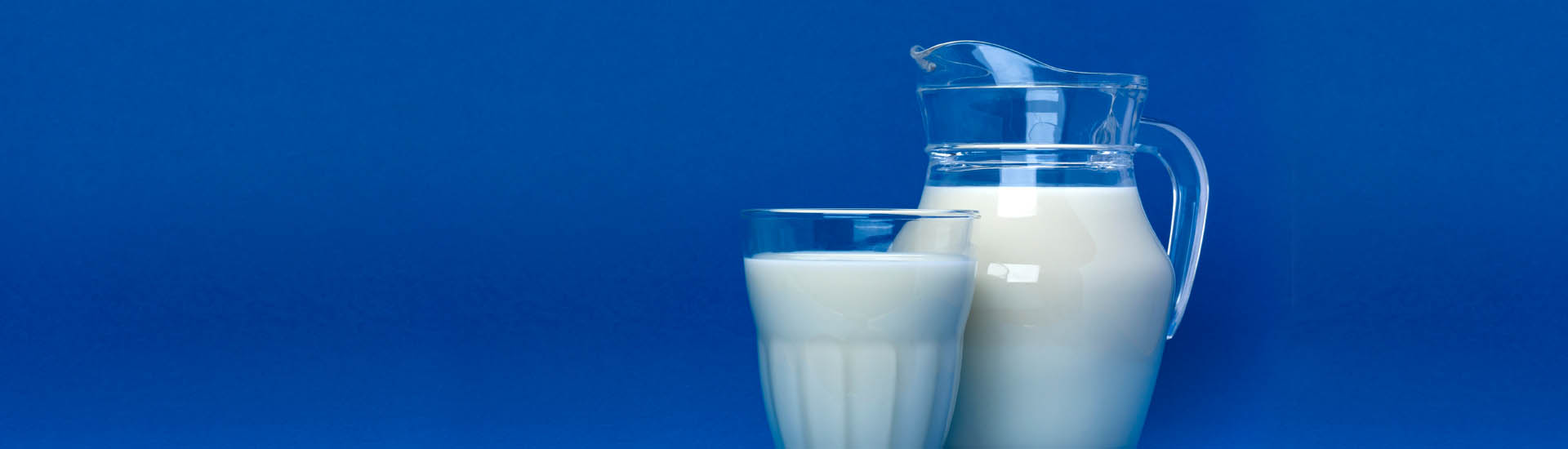 Vaso y jarron con leche